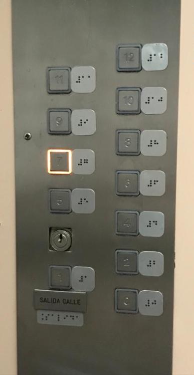 Instalación de señalética para personas con diversidad visual en los ascensores del edificio